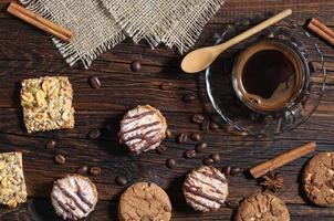 fundo com biscoitos e café foto