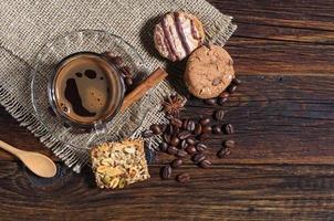 biscoitos e café diferentes foto