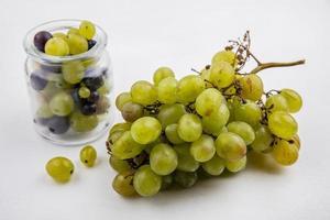 uvas em fundo neutro foto