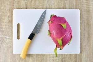 uma fruta do dragão em uma tábua de cortar