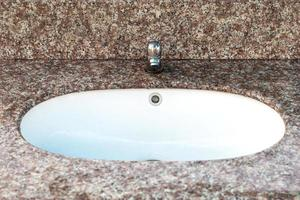 close-up da pia do banheiro foto