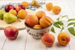 frutas sortidas em fundo neutro de madeira