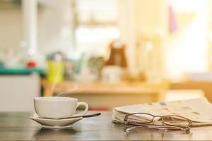 xícara de café quente na mesa da cozinha