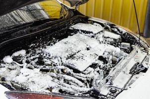 motor do carro sendo limpo