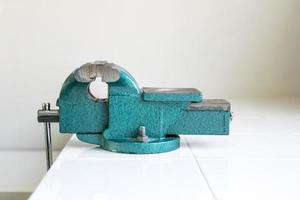 braçadeira de banco azul em uma mesa de trabalho