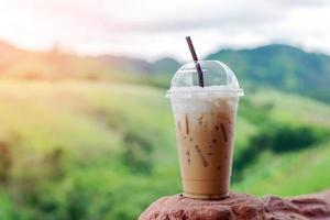 café gelado em copo de plástico foto