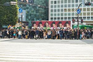 shibuya, japão, 2020 - grupo de pessoas esperando para atravessar a rua