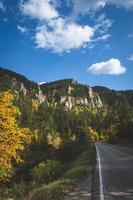 estrada perto das montanhas