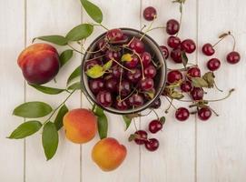 fotografia de alimentos plano de frutas frescas em fundo neutro foto