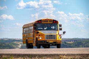 alberta, canadá, 2020 - ônibus escolar amarelo na estrada foto