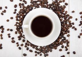 fotografia de comida plana de uma xícara de café e grãos de café