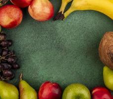 Fronteira de frutas sortidas em fundo verde foto