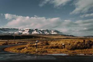 cidade do cabo, áfrica do sul, 2020 - estrada em frente a montanhas cobertas de neve