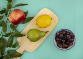 frutas sortidas em fundo azul com espaço de cópia foto