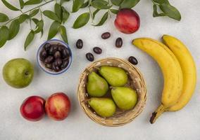 frutas sortidas em fundo neutro foto