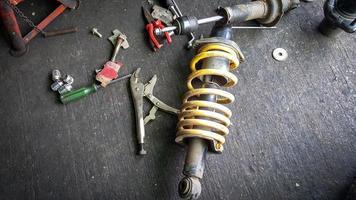 amortecedor para carro em piso mecânico foto