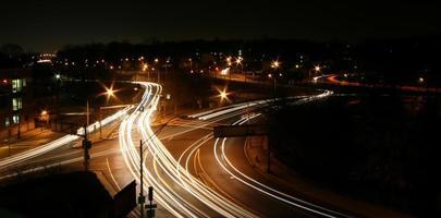 interseção da rodovia à noite foto