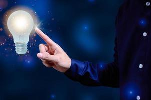conceito de ideia criativa com lâmpada foto
