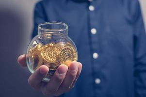 empresários segurando dinheiro foto