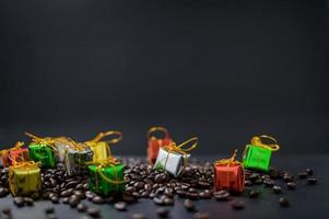 fundo escuro de feliz natal com caixas de presente