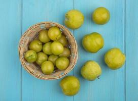 Nectacot fruta fresca em uma cesta no fundo azul foto