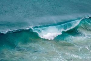ondas claras do oceano foto