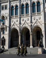 Budapeste, Hungria, 2020 - soldados em frente ao parlamento húngaro foto