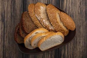 pão sortido em fundo de madeira foto