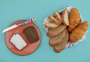 Pão sortido com queijo no fundo azul foto