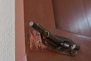 dano do ferrolho da porta