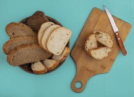 pão fatiado no fundo azul foto