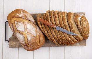 pão fatiado com fundo de madeira