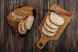 pão fatiado com fundo de madeira foto