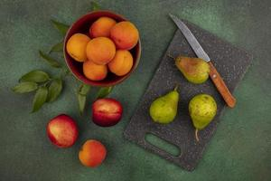 frutas sortidas em fundo verde