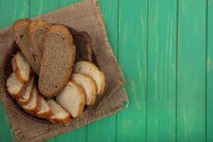 pão fatiado sobre fundo verde com espaço de cópia foto