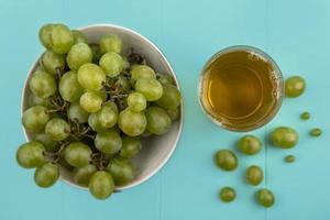 uvas brancas em fundo azul foto