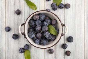 frutas frescas isoladas em um fundo cinza de madeira foto