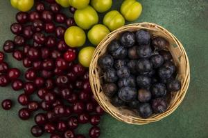 frutas frescas sortidas sobre fundo verde foto