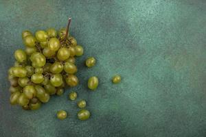 uvas brancas sobre fundo verde com espaço de cópia foto