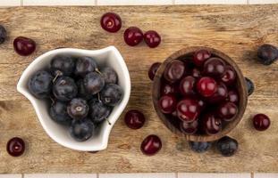 frutas sortidas em uma placa de madeira
