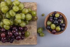 frutas sortidas em fundo cinza foto