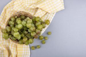 uvas em pano em fundo cinza com espaço de cópia foto