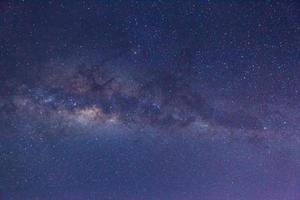 Via Láctea no céu noturno foto