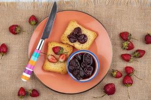 torradas e frutas no fundo de pano de saco foto