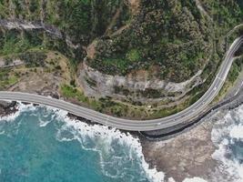 vista aérea de uma estrada e uma montanha