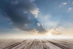 piso de madeira com fundo do céu