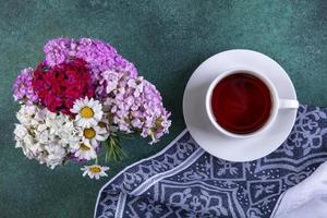 vista de cima de uma xícara de chá foto