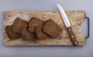 vista superior do pão de centeio fatiado foto