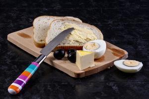 vista frontal de uma tábua de pão e queijo foto