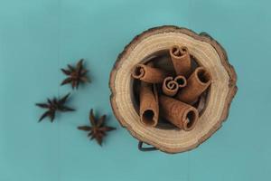 vista superior da canela em um prato de madeira